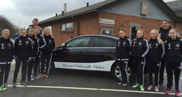 IK Rosendahls U-15 piger har fået udebanetrøjer og vinterjakker sponseret af Bilhuset Haldrup i Hobro.  Foto: TM&E Air-view.dk